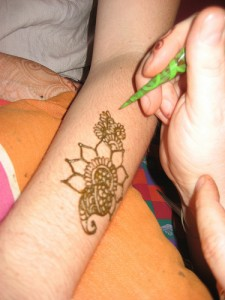 How to hold a henna cone